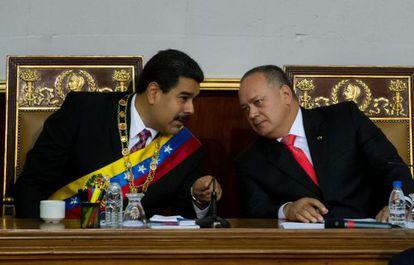 Maduro conversa com Diosdado Cabello na Assembleia Nacional.