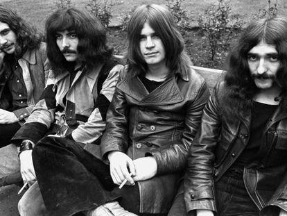 Bill Ward, Tony Iommi, Ozzy Osbourne e Geezer Butler. Black Sabbath e suas cabeleiras em 1970. No vídeo, a canção 'Summertime blues' da banda Blue Cheer.