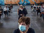 Varias personas esperan sentadas en caso de posibles efectos secundarios tras recibirla vacuna de AstraZeneca, este miércoles en Ourense.