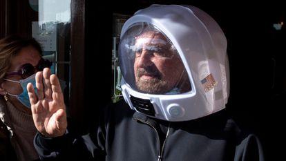 Beppe Grillo sai de um hotel de Roma depois de um encontro do M5S em 28 de fevereiro.