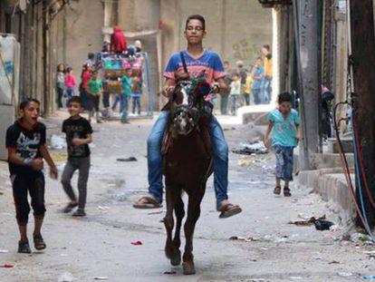 Crianças brincam na rua em Aleppo no primeiro dia de trégua.