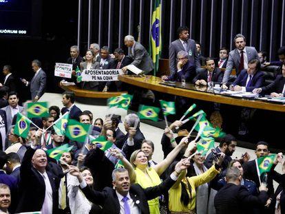 Deputados comemoram aprovação da reforma da Previdência.