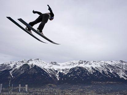Competidor treina salto para o torneio Four Hills, na Áustria.