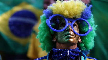 Um torcedor acompanha o jogo entre Brasil e Suíça.