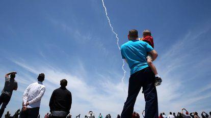 Curiosos observam lançamento do míssil