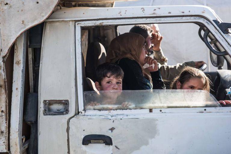 Centenas de refugiados sírios voltam de Arsal (Líbano) para o seu país.