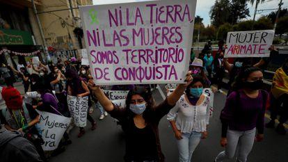 Uma das imagens da manifestação em Quito (Equador). Várias organizações saíram às ruas em defesa dos direitos das mulheres.