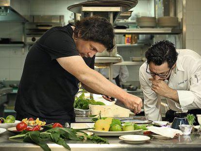 O chef peruano Gastón Acurio preparando um de seus famosos Ceviches com Quique Dacoste em 2012.