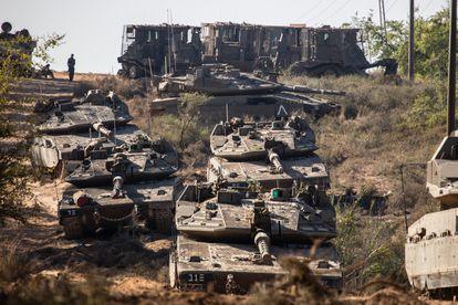 Tanques do Exército de Israel neste domingo perto de Sderot.