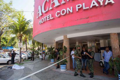 Um cadáver coberto em frente a um hotel de Acapulco.