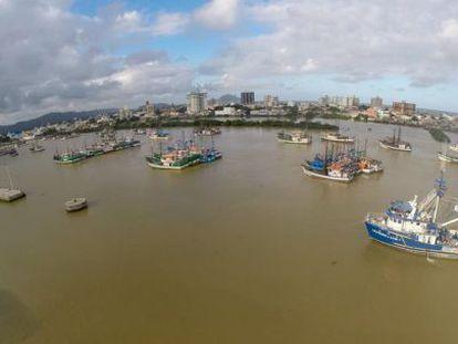 Navios pesqueiros bloqueiam o acesso ao porto de Itajaí.