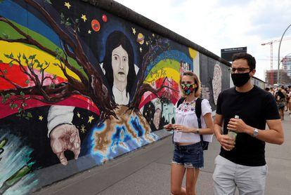 Duas pessoas caminham em uma rua de Berlim.