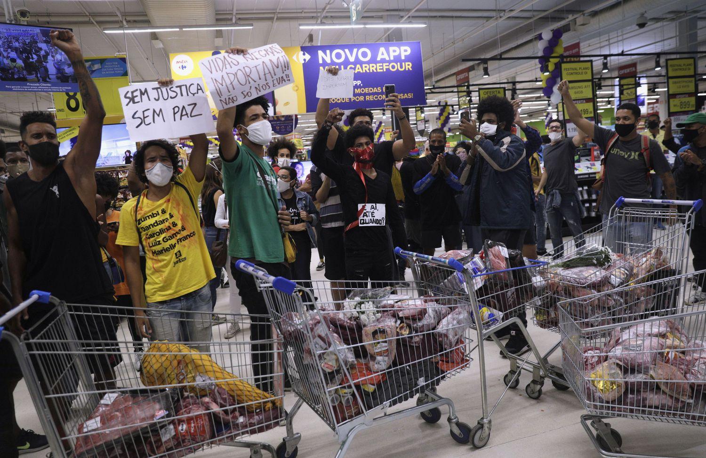Em São Paulo, manifestantes invadiram uma unidade do Carrefour e atearam fogo em protesto contra a morte de Freitas, em Porto Alegre.