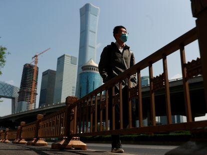 Um homem de máscara caminha por Pequim, nesta sexta-feira.
