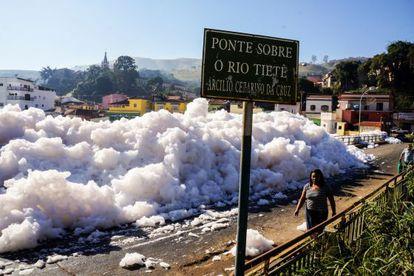 Formação de espumas, que ocorre frequentemente no Rio Tietê ao longo das cidades de Santana de Parnaíba, Salto e Pirapora do Bom Jesus.