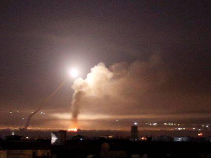 Disparos de míssil vistos de Damasco na noite de quarta-feira