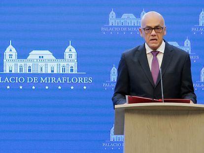 O porta-voz do Governo da Venezuela, Jorge Rodríguez, durante o anúncio nesta segunda-feira, em Caracas.