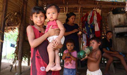 Uma família da etinia Sateré Mawé na aldeia Vila Nova, Terra Indígena Andirá Marau, no Amazonas.