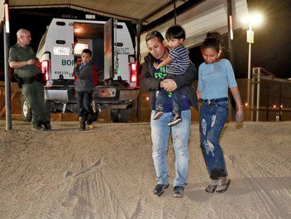 Imagem de uma família hondurenha detida na fronteira dos Estados Unidos.