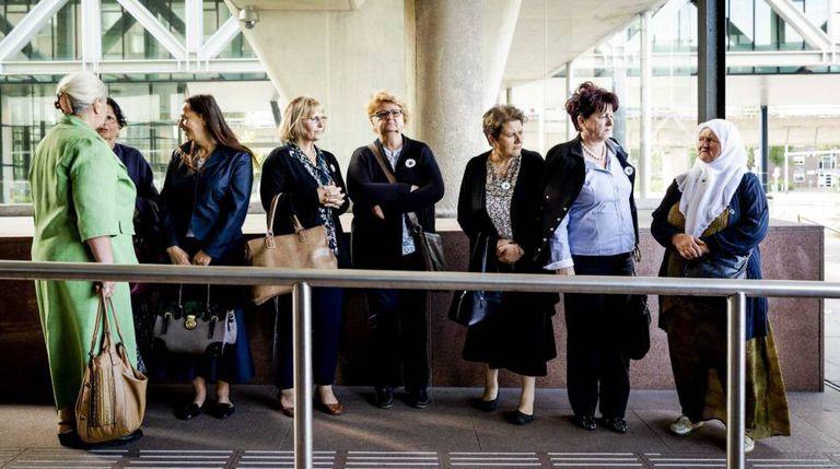 Mulheres da Associação de Mães de Srebrenica chegam em Haia (Holanda).