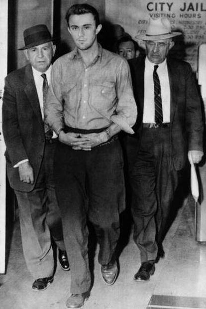 Agentes especiais transferem Richard Eugene Hickock (centro) do presídio de Las Vegas, em 4 de janeiro de 1960