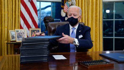 Joe Biden antes de assinar várias ordens executivas no Salão Oval da Casa Branca, nesta quarta-feira.