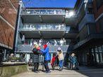 Personas mayores toman el aire en el patio de una residencia la pasada semana en Oslo (Noruega).