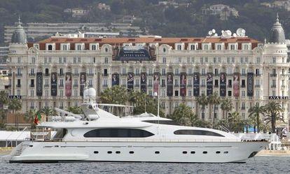 Um dos muitos iates privados em Cannes.