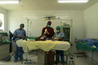 O anestesista Reginald Maluvision e o ortopedista Chovel Alcy.