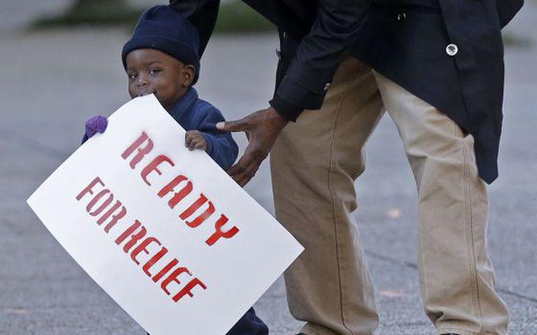 Uma criança participa de protesto a favor de medidas migratórias.