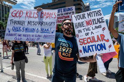 Ativista se manifesta contra a lei que proíbe o aborto a partir de seis semanas no Texas, em maio.