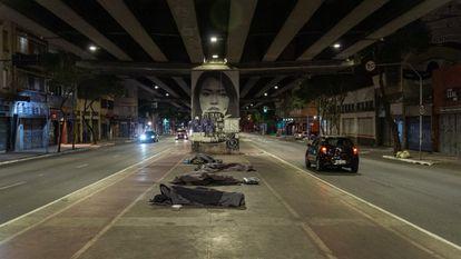 Pessoas em situação de rua na cidade de São Paulo, na madrugada de sexta-feira, 30 de julho, uma das noites mais frias da história recente.