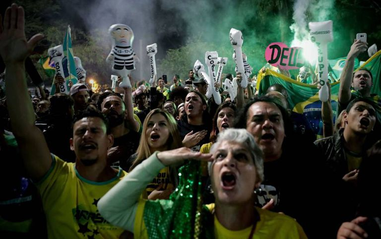 Militantes comemoram vitória de Bolsonaro na Avenida Paulista.