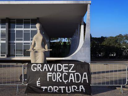 Faixa de protesto a favor do aborto legal em frente ao Supremo Tribunal Federal, em Brasília.