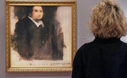 Uma mulher diante do 'Portrait d'Édouard Belamy', criado por um algoritmo, na sala Christie's de Nova York.