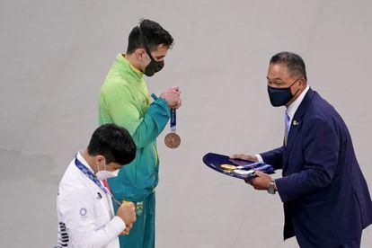 Daniel Cargnin recebe a medalha de bronze do judô categoria 66kg