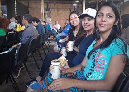 Pamela, Natália e Marilene: cerveja e petisco para torcer pela seleção.