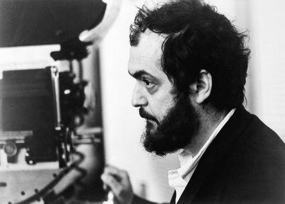 O diretor Stanley Kubrick durante as filmagens de um de seus trabalhos mais controversos e premiados, 'A Laranja Mecânica' (1971).