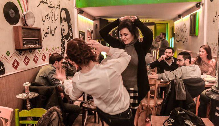 Sírias dançam bar em Bab Sharki, bairro cristão do centro velho de Damasco, destino predileto dos jovens.
