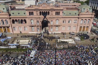 Policiais e torcedores diante da Casa Rosada, onde aconteceu o velório de Maradona.