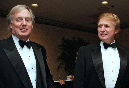 Robert Trump, à esquerda, com seu irmão em um evento de gala em 1993.