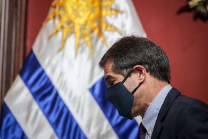 Ernesto Talvi deixa coletiva de imprensa em Montevidéu, na terça.