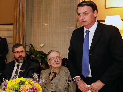 Jair Bolsonaro discursa ao lado do ideólogo de extrema direita Olavo de Carvalho e do chanceler Ernesto Araújo.