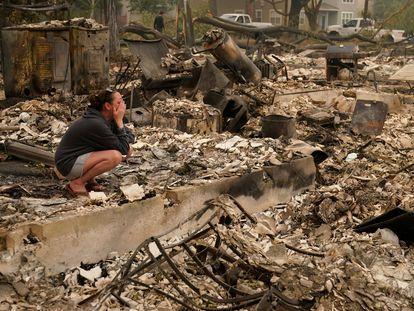 Moradora de Talent, um subúrbio de Medford, no Oregon, diante dos restos carbonizados da sua casa.