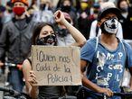 AME4089. BOGOTÁ (COLOMBIA), 10/09/2020.- Manifestantes participan en una protesta contra la violencia policial, en Bogotá (Colombia). Manifestantes volvieron a protestar este jueves en diferentes zonas de Bogotá y de otras ciudades de Colombia contra la violencia policial, aunque hasta ahora con menor intensidad que la víspera, cuando los desórdenes dejaron diez personas muertas. EFE/ Mauricio Dueñas Castañeda