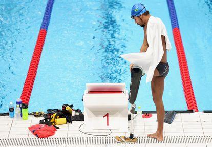 O brasileiro Gabriel Melone de Oliveira se prepara para treinar no centro aquático de Tóquio.