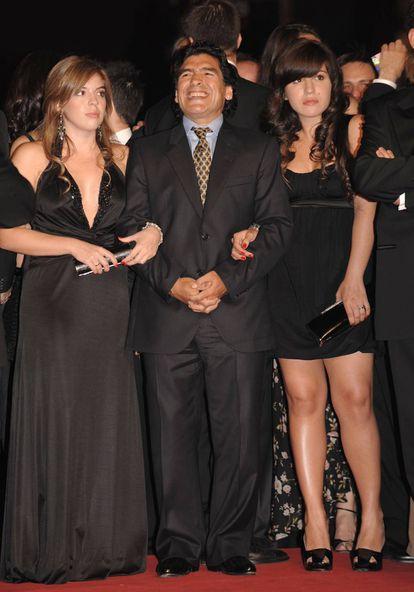 Diego Maradona com suas filhas Dalma Nerea e Giannina Dinorah, no Festival de Cinema de Cannes, em 2008.