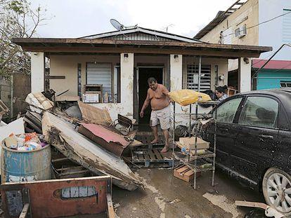Um morador de Toa Baja em sua casa.