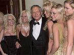 Hugh Hefner, el creador de <i>Playboy,</i> junto a varias modelos de la revista.