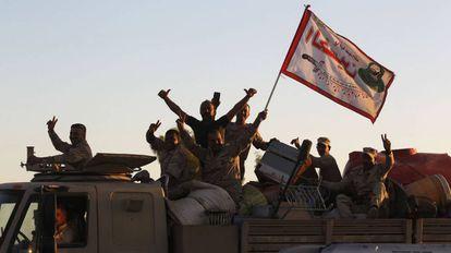 Soldados iraquianos festejam sobre seu veículo ao entrarem em Kirkuk nesta terça-feira